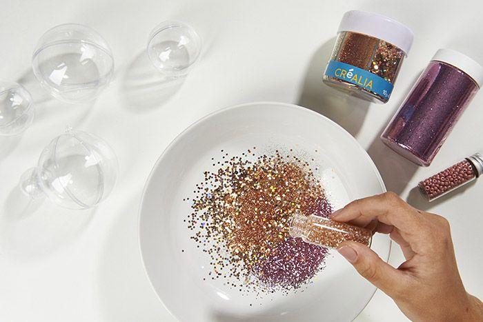 1. Préparer un mélange de différentes paillettes et perles de rocailles dans un contenant. Veiller à harmoniser les couleurs cuivrées et rosées.