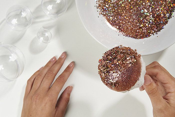 3. Enduire la boule du mélange de paillettes.