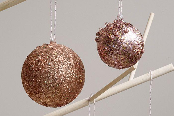 6. Les boules peuvent être suspendues pour décorer le sapin de Noël.