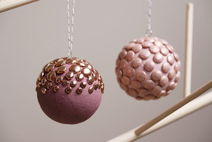Les boules de Noël peuvent être suspendues dans le sapin.