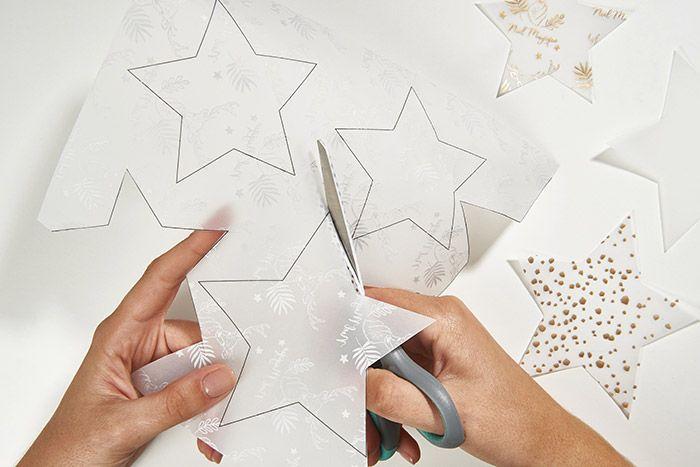 1. Télécharger le gabarit et l'imprimer au dos des papiers calques imprimés et papiers calques neutres. Découper les étoiles.