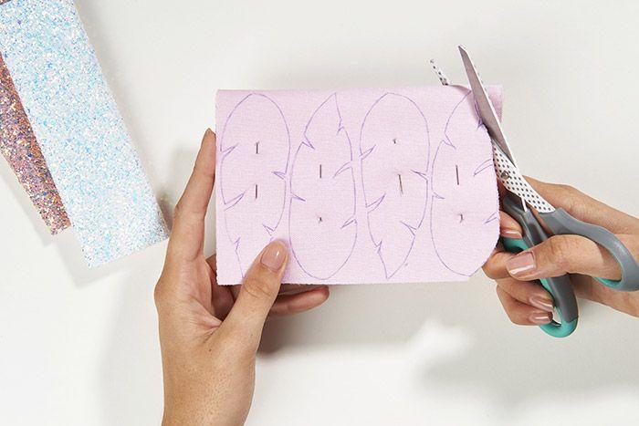2. Couper les plumes en suivant les repères. On obtient 2 faces.