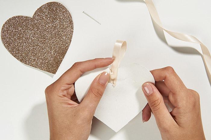 2. Couper et épingler une longueur de ruban au dos d'une des deux formes.