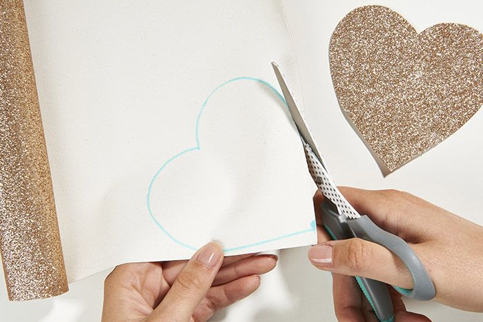 1.Télécharger, découper et reporter le gabarit choisi deux fois au dos d'un tissu pailleté avec un feutre effaçable. Découper les deux formes.