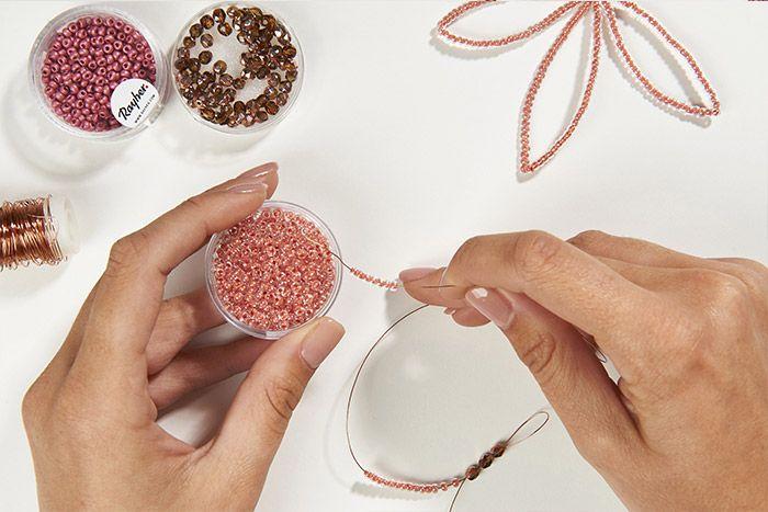 4. Séparer les deux fils et enfiler des perles de rocailles sur 12 cm environ.