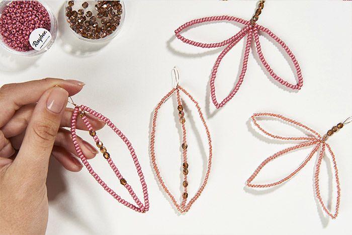 7. Varier les formes des suspensions en créant des feuillages simples avec d'autres couleurs de perles de rocailles.