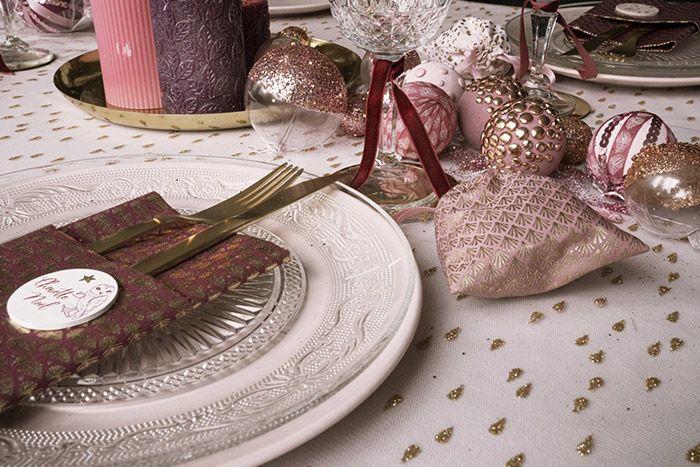 Se servir du tulle à superposer sur la nappe pour créer un effet scintillant sur la table. Utiliser les tissus de la collection pour créer une pochette à couverts personnalisée d'un accessoire décoratif de la collection et se servir des pochettes en tissus pour y glisser le cadeau de l'invité.