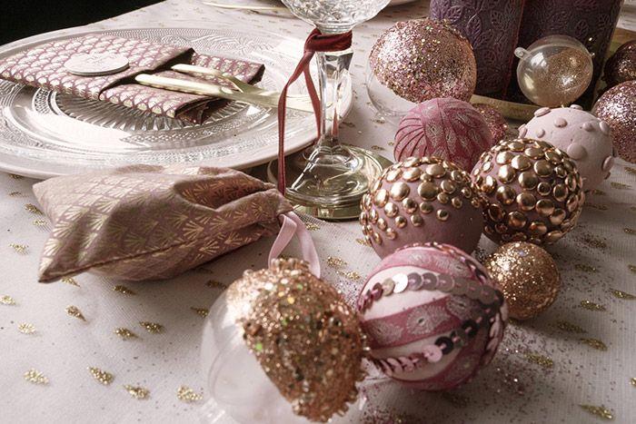 Créer un centre de table avec une multitude de boules décorées de peinture, paillettes, rubans, attaches parisiennes ... (Reprendre les tutoriels des boules de Noël de la déco de sapin)