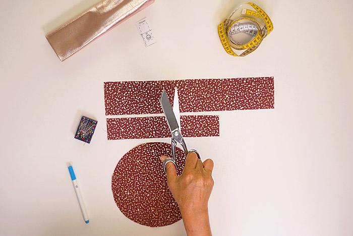 2. Couper soigneusement les pièces avec les ciseaux de couture. Les marges de couture sont incluses.