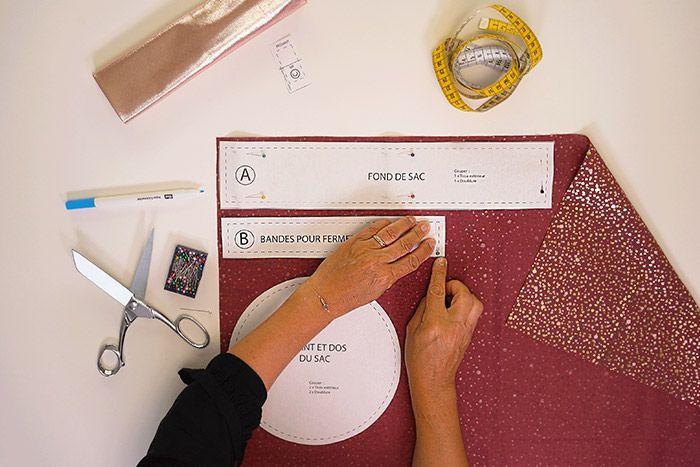 1. Repasser les tissus sur l'envers. Télécharger et découper les pièces du patron. Les épingler sur l'envers des deux tissus et les reporter à l'aide du feutre effaçable. Conseil: pour éviter le gaspillage de tissu, optimiser l'espace lors du report des pièces.