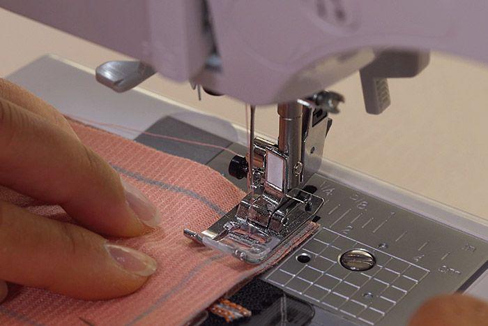 Confectiondusac 1. Pour créer les bords du sac, assembler endroit contre endroit la bande A (tissu extérieur) avec les bords de la pièce zippée. Coudre à 1 cm du bord. Retourner et surpiquer à 0,3 cm de la ligne de couture.