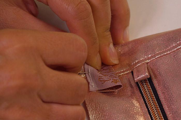 2.Epingleretcoudrel'étiquette personnalisée sur le bord du sac.