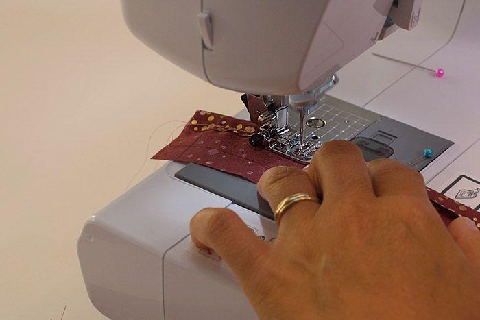 Création de la doublure du sac 1. Avec les pièces B (Doublure), repasser un rentré de couture sur une grande longueur de chaque bande. Piquer à 0,5 cm.