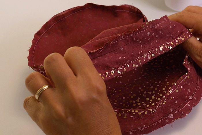 3. Epingler et coudre endroit contre endroit les pièces D (doublure) à la bande de doublure du sac précédemment cousue. Cranter tout le tour de l'assemblage.