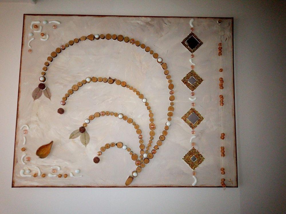 Grand tableau réalisé avec des rondins de bois, de la pâte de stucture ou encore des feuilles d'or cuivrée