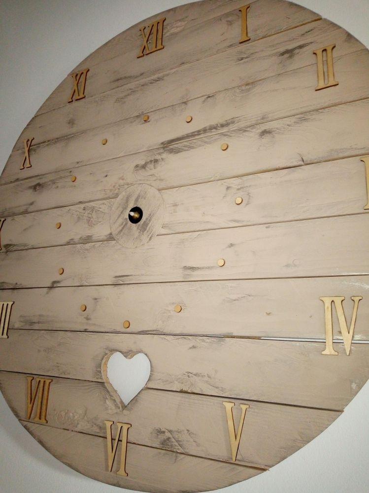Horloge maison diamètre 1mètre avec chiffres en bois (Me manque les aiguilles en rupture chez cultura!!!)