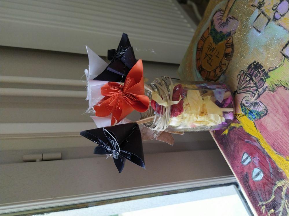 Trio de couleur pour ces Fleurs en origami. Fleurs immortelles dans leur pot en verre recyclé ficelé. Pour l'eau ? Un arc en ciel de couleur...