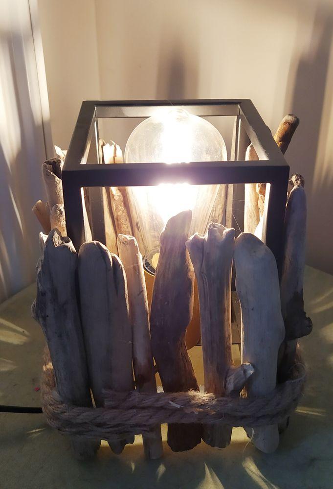 Lampe à base de métal et bois flotté. La base métallique est recyclée.