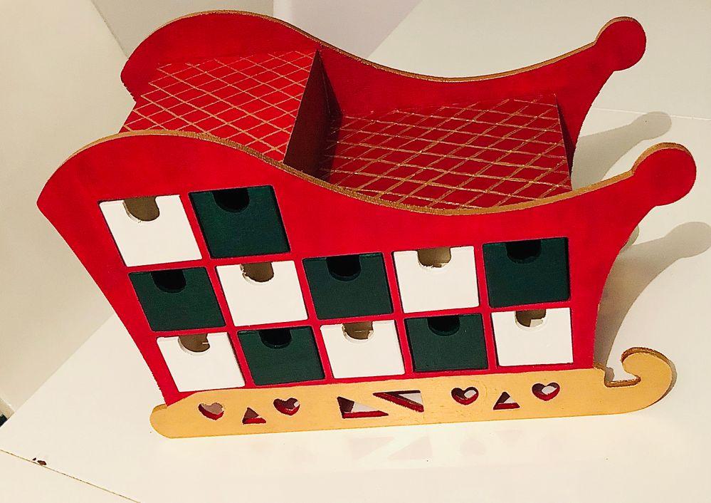 1ère étape : peindre traîneau et casiers en rouge blanc vert et or