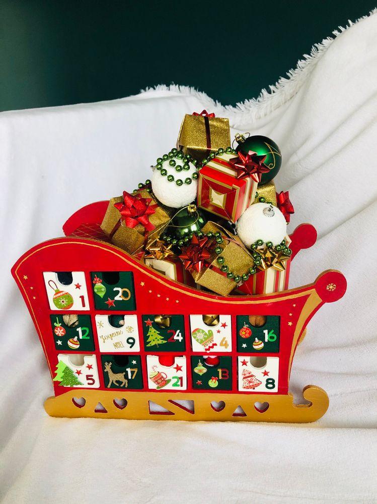 3ème étape: Faire la décoration au dessus du traîneau (cadeaux, guirlande, boule de Noël)