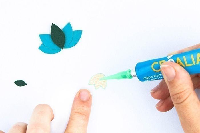 ETAPE 3/5 Collez ensuite la fleur centrale D puis le petit pétale E. Laissez la colle sécher le temps indiqué sur l'emballage.