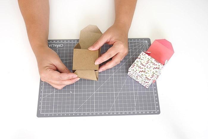 ETAPE 5/9 Coller les côtés des boîtes avec de l'adhésif double-face.
