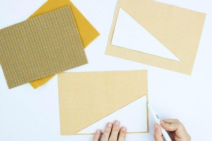 ETAPE 1/9 Téléchargez et imprimez le gabarit et découpez les pièces. Sur l'envers des tissus, reportez au feutre effaçable deux rectangles dans la feutrine et les deux triangles symétriques dans les simili cuir. Découpez les pièces.
