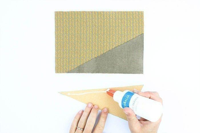 ETAPE 2/9 Encoller les pièces de simili cuir avec la colle textile et positionnez-les sur le morceau de feutrine correspondant au devant de la pochette. Vous pouvez coudre les grands côtés des triangles au point zig-zag pour une jolie finition.