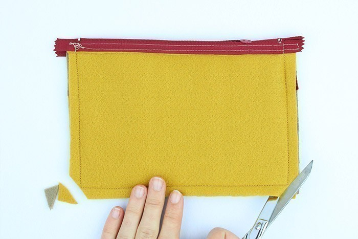 ETAPE 8/9 Coupez le surplus tissu dans les angles et retournez sur l'endroit.