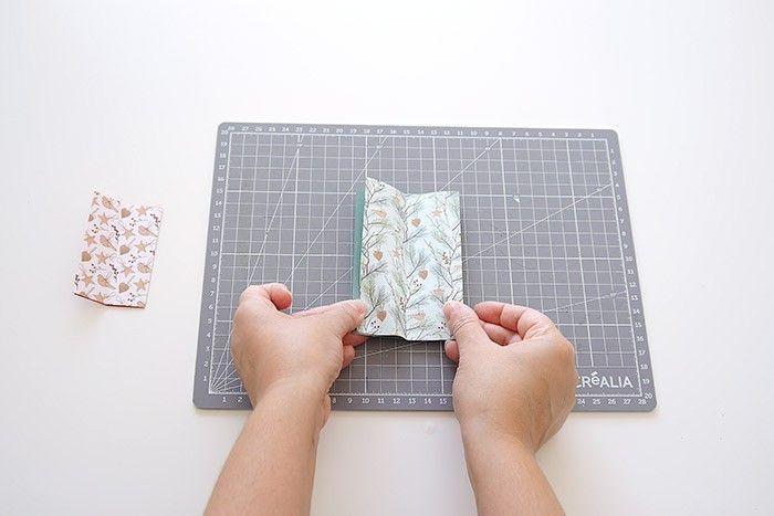 ETAPE 4/16 Déplier le rectangle 1 fois, puis le tourner à 90 degrés vers la gauche. L'ouverture du papier doit être à gauche.