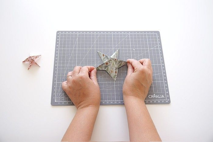ETAPE 11/16 Ouvrir le papier légèrement pour former l'étoile.