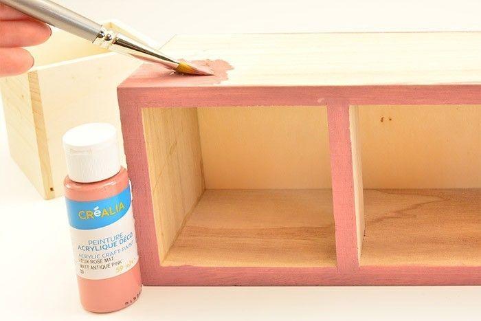 1. Peindre le casier en coloris vieux rose.