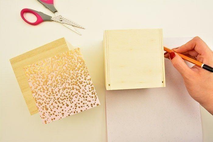 2. Dévisser les porte-étiquettes de chaque tiroir. Reporter au dos des papiers de la collection les 3 façades des tiroirs et les découper.