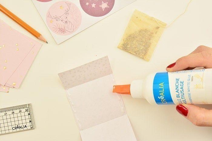 4. Pour confectionner des emballages personnalisés de sachets de thés, découper des rectangles de 7 x 14,5 cm dans les papiers de la collection et marquer un pli à 2 cm puis 6,5 cm. Encoller les bords, insérer un sachet de thé et fermer le rabat.