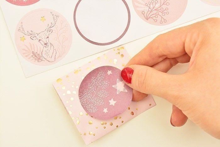 5. Coller un sticker sur chaque emballage pour finaliser la décoration.