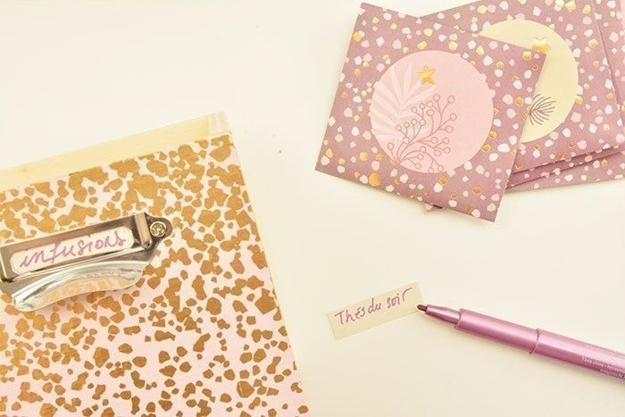 6. Terminer par écrire les noms des thés sur des petites bandes de papier et les insérer dans les porte-étiquettes de chaque tiroir.