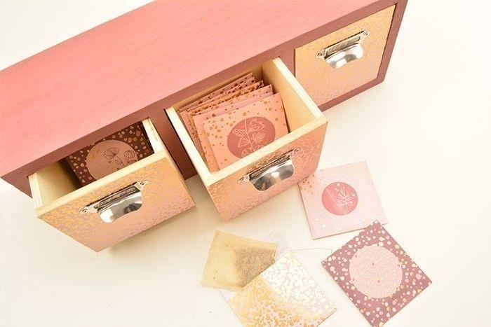 7. Insérer chaque sachet de thé dans les tiroirs correspondants. Votre boite à thé est prête à offrir.