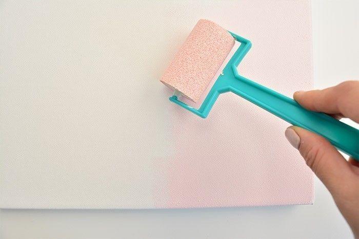 ETAPE 1/5 Peindre le fond de la toile magnétique en rose poudré.