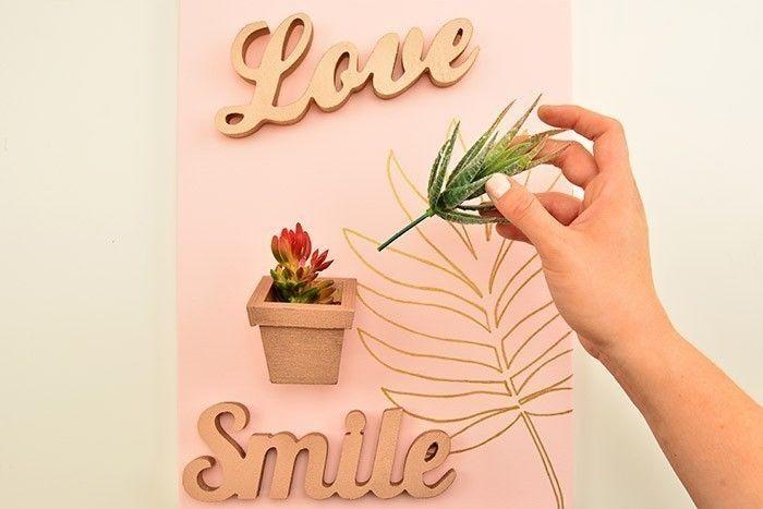 ETAPE 5/5 Aimanter le pot et les mots sur la toile magnétique. Garnir le pot de végétaux artificiels. Le tableau magnétique est prêt pour embellir votre déco et aimanter vos photos.