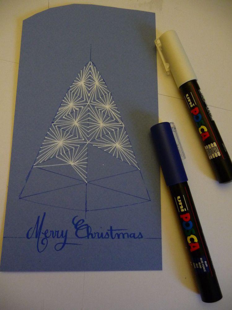 Ici le dessin blanc, motif étoilé de zentangle est réalisé grâce à un contour esquissé au stylo Pilot Frixion https://www.cultura.com/frixion-point-bleu-frixion-point-bleu-4902505399237.html.