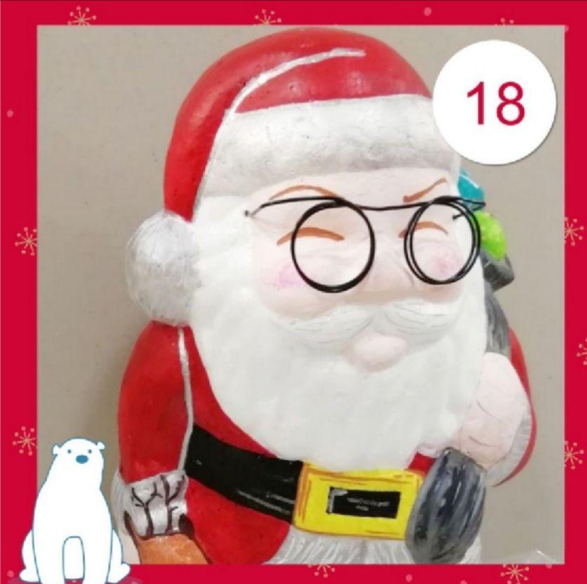 Le père Noël a la maison !!!!!... Un support en syropore.... Des pinceaux et de la peinture acrylique.... Des poscas... Des paillettes, du fil metal pour les lunettes et un peu de votre temps pour réaliser avec vos enfants le papa Noël !