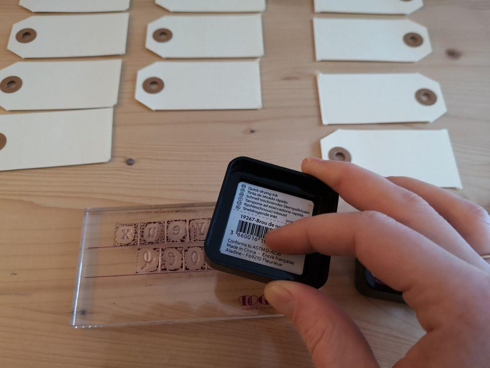 Encrez votre tampon à l'aide d'encre sechage rapide de la couleur de votre choix