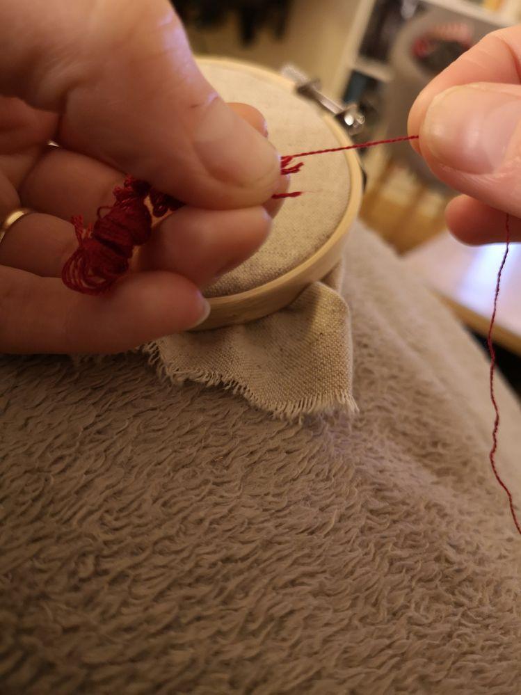 Le brin se retire sans faire de noeud, vous aurez juste des bouclettes dans la main gauche. Recommencez pour le deuxième ou troisième brin