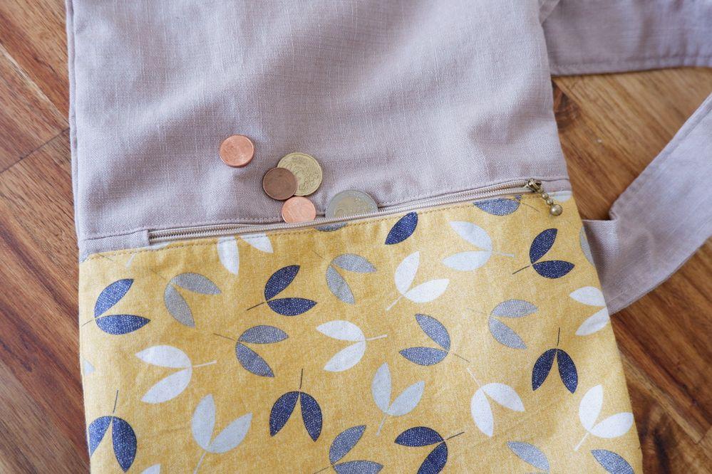 La petite poche pour mettre la monnaie du pain sur le sac à baguette