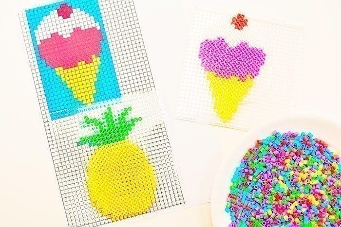 ETAPE 1/4 Télécharger et imprimer les gabarits des gourmandises. Poser la plaque transparente sur le modèle et positionner les perles à repasser de différentes couleurs jusqu'à réaliser entièrement le motif choisi.
