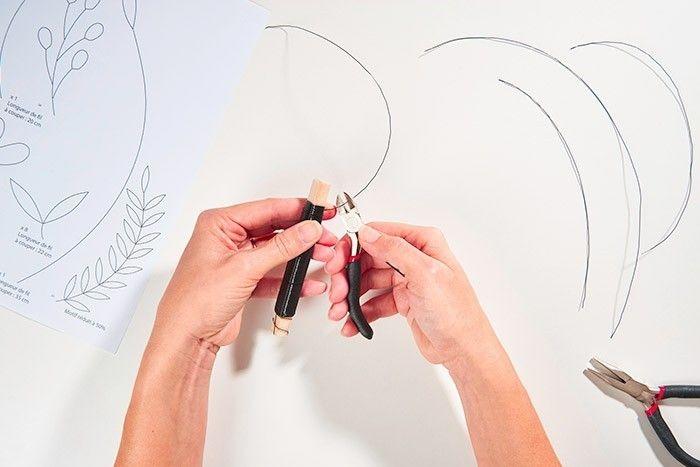 ETAPE 1/9 Télécharger et imprimer le gabarit des végétaux. Couper le fil de fer à l'aide d'une pince coupante en suivant les longueurs indiquées sur le gabarit pour former les végétaux.