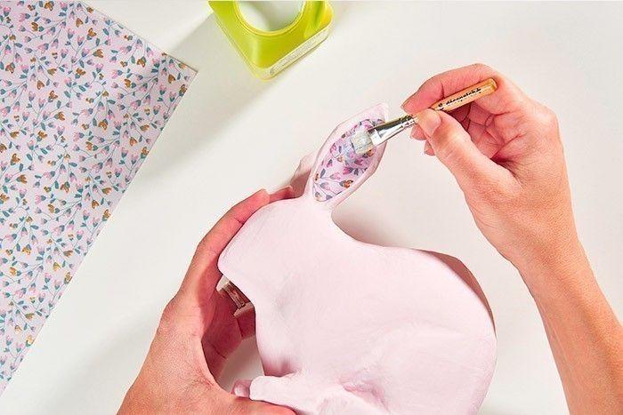 ETAPE 3/8 - DÉCORATION DU CACHE-POT LAPIN Peindre le lapin en rose poudré éclairci de blanc. Laisser sécher. Télécharger, imprimer et découper le gabarit de l'intérieur des oreilles et le reporter sur le papier décopatch® choisi. Coller l'intérieur des oreilles en décopatch® avec le vernis colle, comme expliqué précédemment.