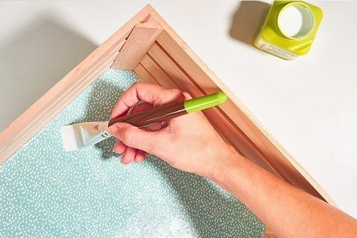 ETAPE 7/8 - DÉCORATION DES CAGETTES Eclaircir la peinture lavande de blanc (50%). Peindre le fond de la petite cagette. Laisser sécher. Découper le papier décopatch® bleu à pois aux dimensions du fond de la grande cagette. Encoller le fond de vernis colle et appliquer une première partie de la feuille de papier. Encoller la feuille de vernis-colle en partant du centre vers l'extérieur pour chasser les bulles d'air. Laisser sécher.