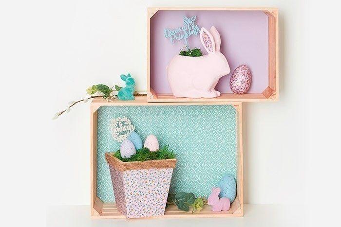 ETAPE 8/8 Positionner les cagettes pour former des étagères puis les décorer avec les cache-pots et autres éléments : lapin velvet, œufs, chatons, branchages d'eucalyptus...