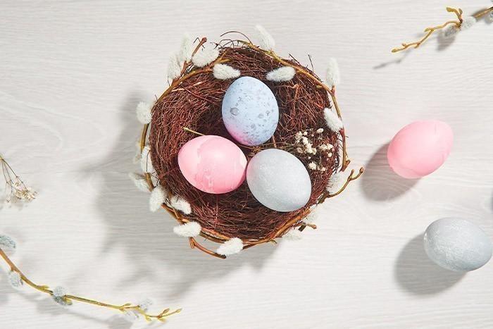 ETAPE 7/7 Disposer l'ensemble des œufs réalisés dans un gros nid décorés de branches de chatons artificiels pour décorer votre intérieur ou votre table de Pâques.